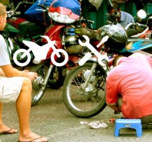 Los creadores de Iconspeak reparando la moto