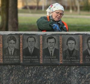 Una trabajadora repara el recuerdo a los supervivientes