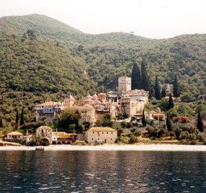 Vista general del monasterio de Dochiariou, en la costa occidental del Monte Athos