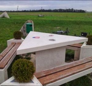 La mesa de picnic que delimita Hungría, Austria y Eslovaquia