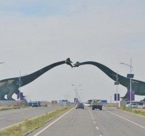 Frontera entre China y Mongolia con dos dinosaurios