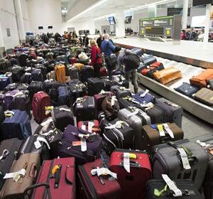 Maletas esperando ser recogidas en un aeropuerto