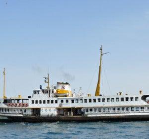 El Ferry del Cuerno de Oro en el Bósforo