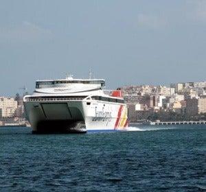 Uno de los ferries que unen Ceuta con la Península