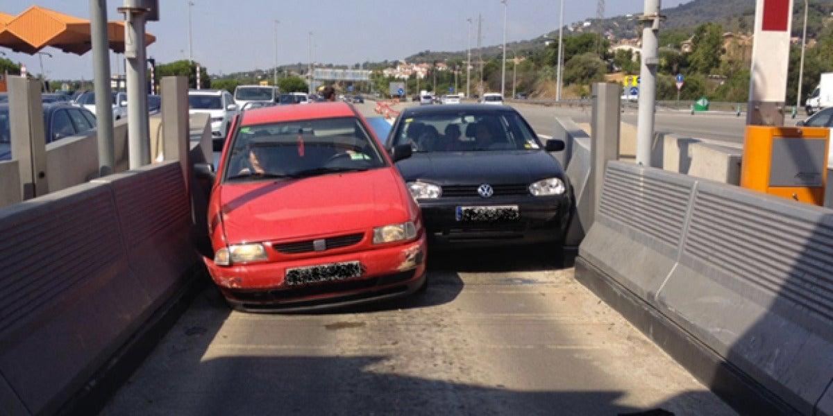 Dos vehículos quedan atascados en Barcelona