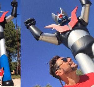 Miguel Poveda, junto a la estatua de Mazinger Z
