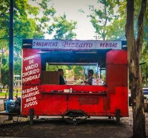 Un puesto clásico de comida callejera en Buenos Aires