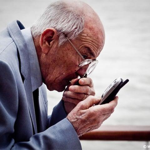 Abuelo mirando un smartphone