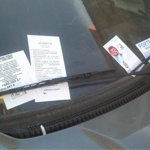 Publicidad en el limpiaparabrisas de un coche