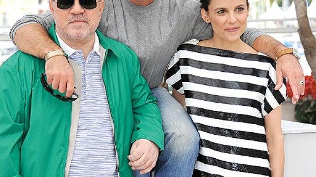 El director con sus protagonistas
