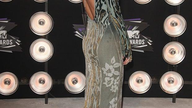 Miley Cyrus, mucho escote pero poco estilo