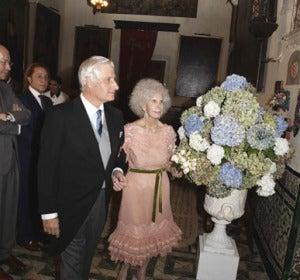 La Duquesa, ya casada, sale del brazo del mayor de su hijo.