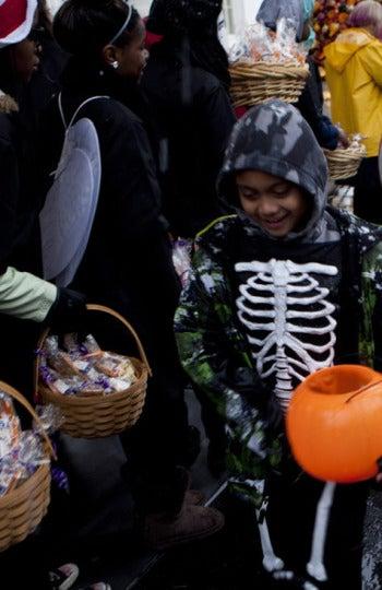 Un niño recoge feliz los caramelos