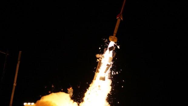 Lanzamiento de uno de los cinco cohetes