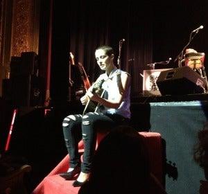 Vega cantó 'Contra ti' con lágrimas en los ojos
