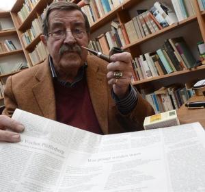 El escritor Günter Grass muestra su poema en un diario alemán