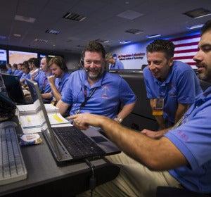 Científicos de la NASA se felicitan por el éxito