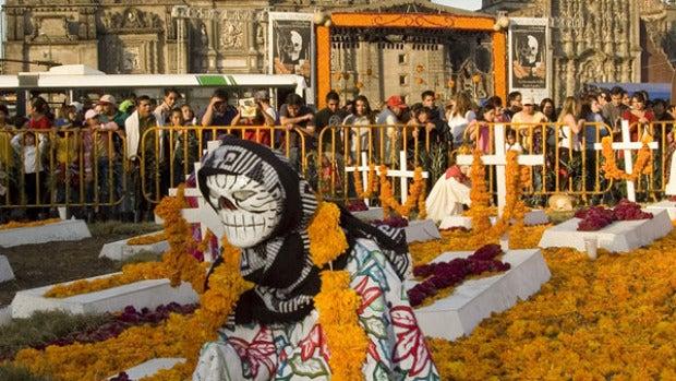 Rindiendo homenaje a los muertos en México