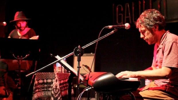 Iván Ferreiro al teclado y Leiva a la guitarra