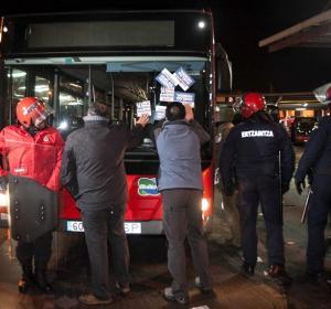 Unos piquetes intentan impedir que un autobús circule