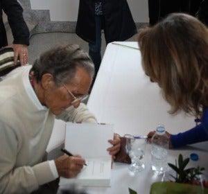 Antonio Gala firma un ejemplar