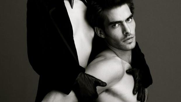 La actriz y el modelo posan casi desnudos