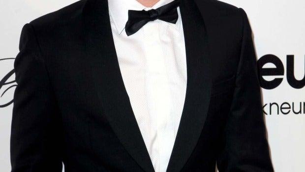 Ian Somerhalder, con sonrisa de medio lado y pajarita...