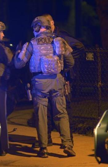 Agentes de policía vigilan Watertown