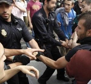 Universitarios forcejean con agentes de la Policía Nacional en Madrid