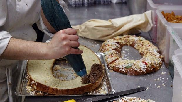 Pastelera haciendo roscones