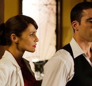 Ana se acerca a Alberto que se muestra distante