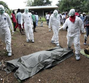 Médicos tratando casos de ébola en África