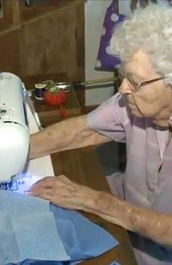 Webber con su máquina de coser