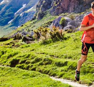 Runner corriendo por la montaña