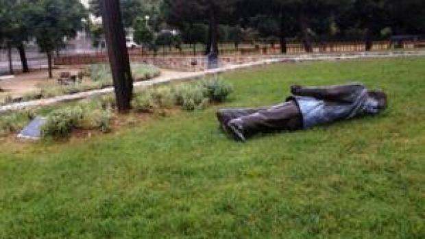 Derriban la estatua de Pujol