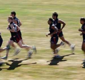 Hombres corriendo rápido