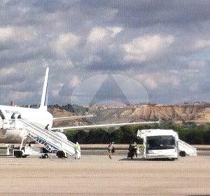 El pasaje desciende del avión de Air France