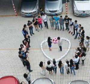 Joven chino pide matrimonio rodeado de iPhones