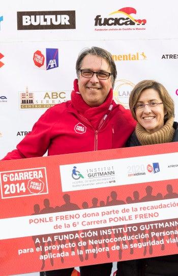 La Fundación Instituto Guttmann recogiendo el donativo en la 6ª Carrera Ponle Freno