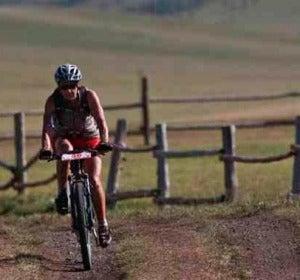Ciclista en bici por el campo
