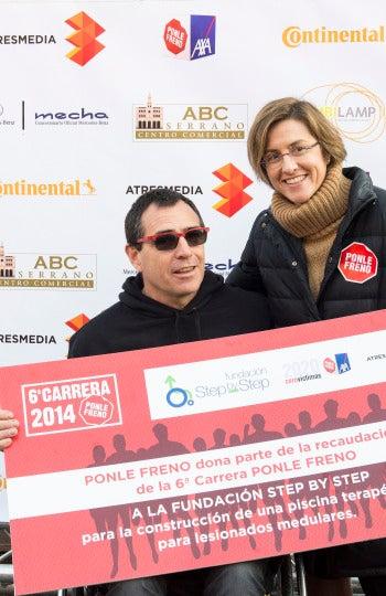 La Fundación Step by Step recogiendo el dontaivo en la 6ª Carrera Ponle Freno