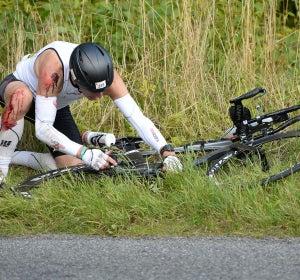 Ciclista caído en una cuneta