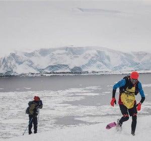 Chema Martínez corriendo por la Antártida