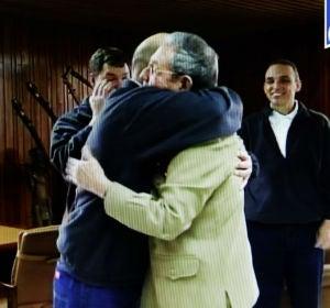 Abrazo de Raúl Castro y un liberado