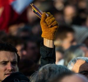 Lapiceros en alto por Charlie Hebdo