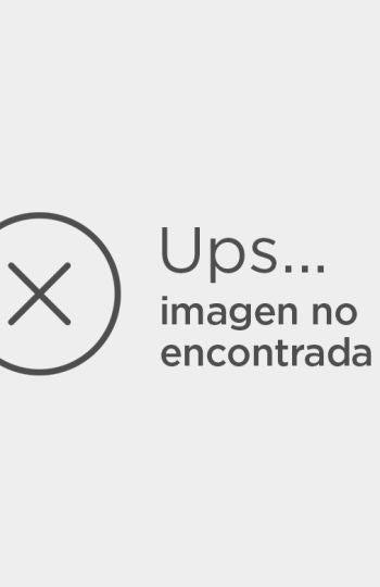 Dani Rovira se acomoda sin pantalones durante el discurso del presidente de la academia, Enrique González Macho
