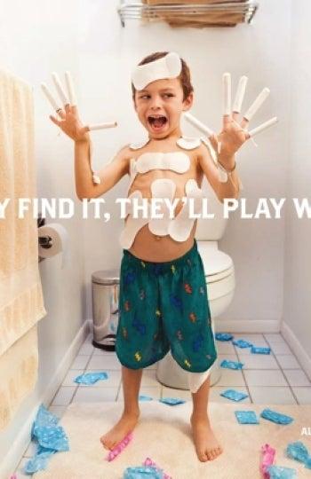 Niño jugando con compresas