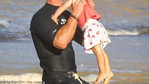 Chris Hermsworth practica yoga junto a su hija