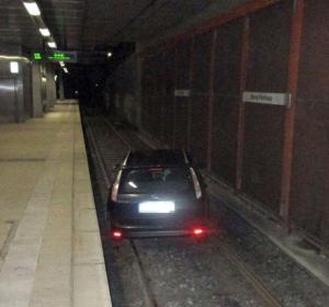 Coche atrapado en las vías del tren