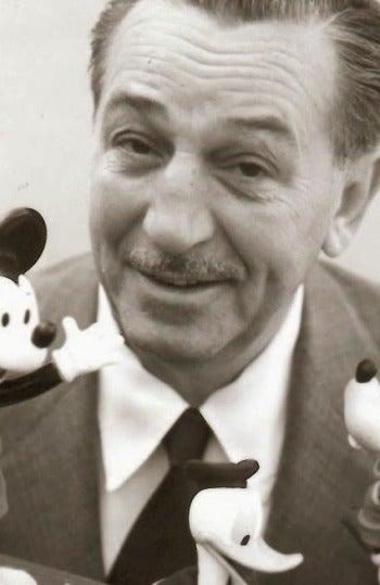 Walt Disney con algunos de sus populares personajes
